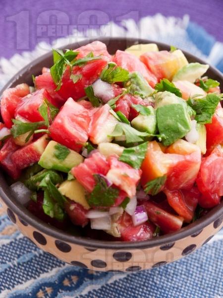 Салата с розови домати и авокадо - снимка на рецептата